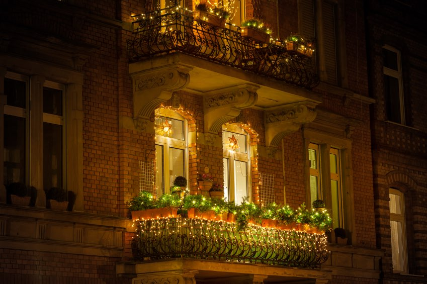 Chic Holiday Decorations for Your Apartment Balcony ...